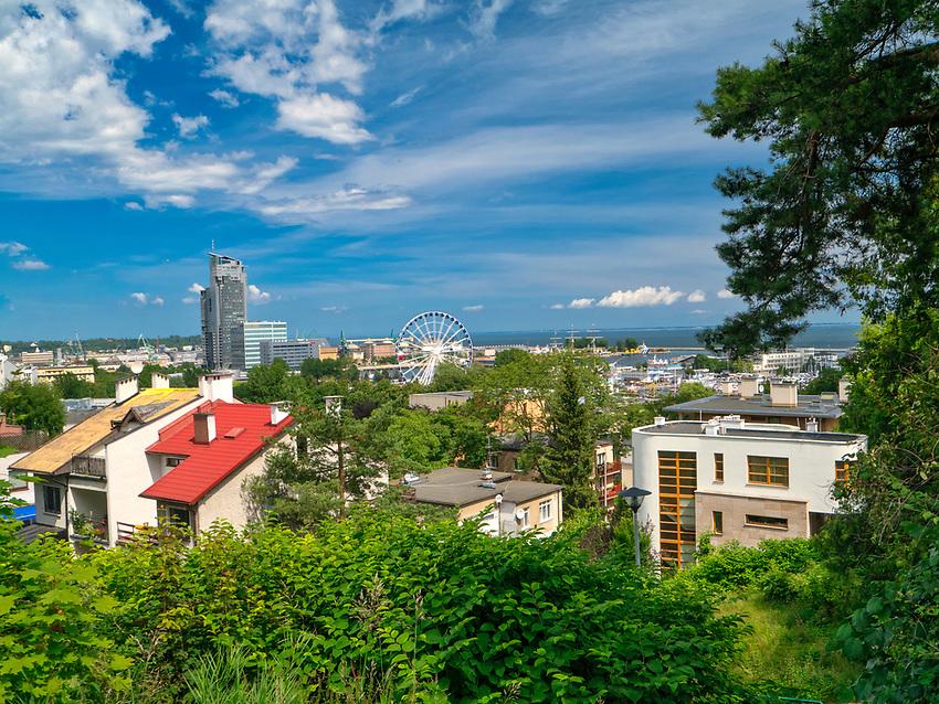 Widok ze szczytu Kamiennej Góry na port jachtowy, Gdyńskie Koło Widokowe oraz na willową zabudowę Kamiennej Góry.