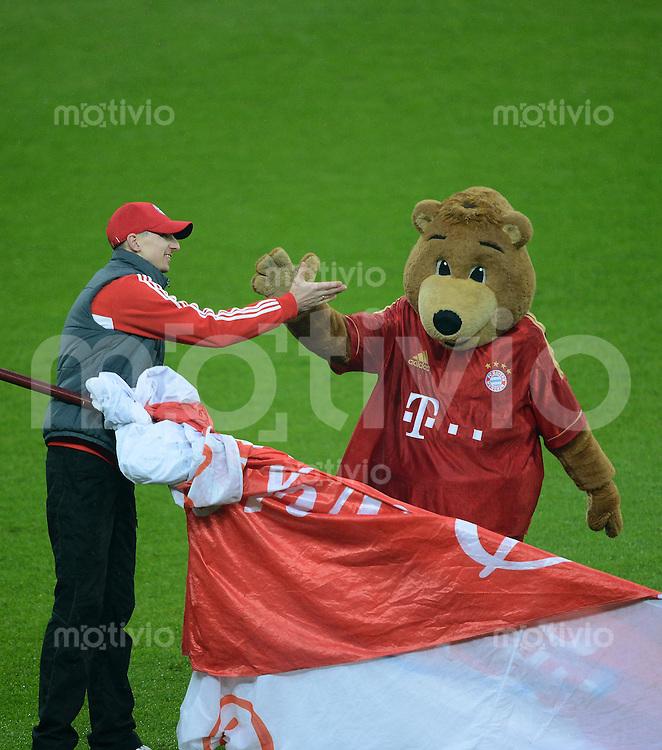 FUSSBALL   1. BUNDESLIGA  SAISON 2012/2013   27. Spieltag   FC Bayern Muenchen - Hamburger SV    30.03.2013 Shake Hands, FC Bayern Maskottchen Berni (re) und ein Fahnenschwenker vor dem Spiel