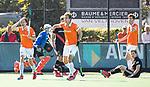 BLOEMENDAAL   - Hockey -  2e wedstrijd halve finale Play Offs heren. Bloemendaal-Amsterdam . Florian Fuchs (Bldaal) krijgt geel. midden Manu Stockbroekx (Bldaal) . rechts Jan Willem Buissant (A'dam0 en Jord Beekmans (Bldaal) . COPYRIGHT KOEN SUYK