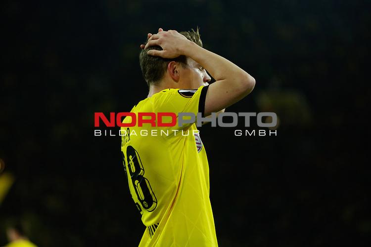10.12.2015, Signal Iduna Park, Dortmund, GER, im Bild Matthias Ginter (Borussia Dortmund #28) verzweifelt nach seiner vergebenen Chance<br /> <br /> Foto &not;&copy; nordphoto / Rauch *** Local Caption ***