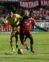CALI - COLOMBIA - 12-03-2014: Yamilson Rivera (Der) jugador del America disputa el balón con Juan David Rios (Izq) jugador del Deportivo Pereira, durante partido entre America de Cali y Deportivo Pereira, de la octava fecha del Torneo Postobon I 2014, jugado en el estadio Pascual Guerrero de la ciudad de Cali. / Yamilson Rivera (R) player of America, figths for the ball with Juan David Rios (L) player of Deportivo Pereira, during a matchfor the eighth date between America of Cali y Deportivo Pereira, of theTorneo Postobon I 2014 in the Pascual Guerrero stadium in Cali City. Photo: VizzorImage / Juan C. Quintero / Str.