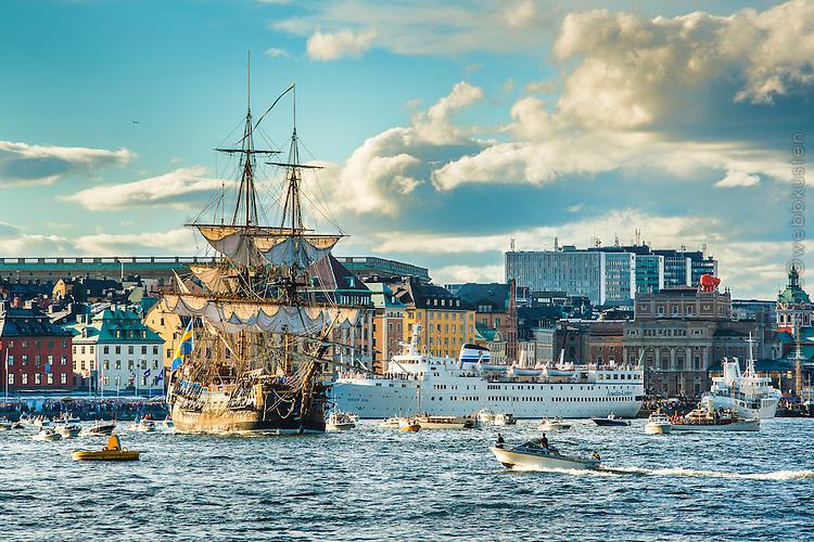 Ostindiefararen Götheborg seglar ut från  Skeppsbron i Gamla stan i Stockholm
