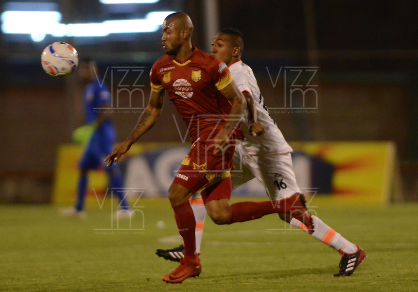 ENVIGADO - COLOMBIA - 09 - 02 - 2018: Cristian Arrieta (Der.) jugador de Envigado F. C., disputa el balón con Freddy Hinestroza (Izq.) jugador de Rionegro Aguilas Doradas, durante partido entre Envigado F. C., y Rionegro Aguilas Doradas por la fecha 2 de la Liga Aguila I 2018, en el estadio Polideportivo Sur de la ciudad de Envigado. / Cristian Arrieta (R) player of Envigado F. C., fights for the ball with con Freddy Hinestroza (L) player of Rionegro Aguilas Doradas, during a match between Envigado F. C., and Rionegro Aguilas Doradas for the date 2 of the Liga Aguila I 2018 at the Polideportivo Sur stadium in Envigado city. Photo: VizzorImage / Leon Monsalve / Cont.