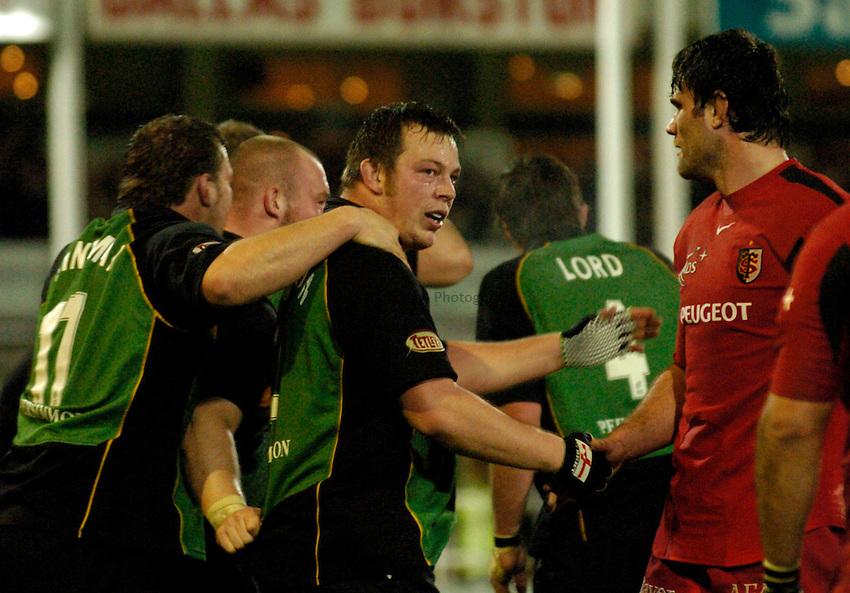 Photo: Richard Lane..Northampton Saints v Toulouse. Heineken Cup. 04/12/2004..Steve Thompson shakes hands with Fabien Pelous.