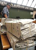 Faldoni i su di un banco in un aula del tribunale di Napoli