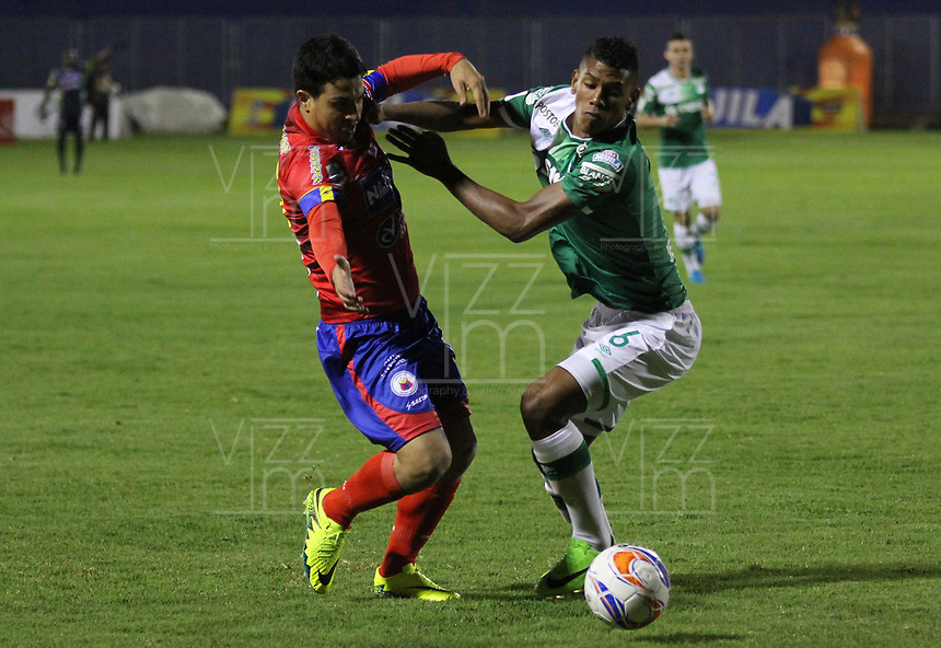 PASTO -COLOMBIA, 13-08-2017: Marcos Aguirre (Izq) jugador del  Deportivo Pasto disputa un balón con Jeison Angulo (Der) jugador de Deportivo Cali durante partido por la fecha 7 de la Liga Águila II 2017 jugado en el estadio La Libertad de Pasto. / Marcos Aguirre (L) player of Deportivo Pasto vies for the ball with Jeison Angulo (R) player of Deportivo Cali during match for the date 7 of Aguila League II 2017 played at La Libertad stadium in Pasto. Photo: VizzorImage / Leonardo Castro / Cont