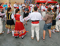 Danses folkloriques - Danseurs de Bulgarie entrainent les spectacteurs dans une xopo, danse en chaine venant du fin fond des temps.