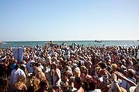 Francia, Camargue, Saintes Maries de la mer: la festa gitana in onore di Santa Sara la Nera, che si tiene ogni anno il 24 e 25 maggio. Il rituale prevede il trasporto della statua della santa dal mare alla terraferma e poi festeggiamenti con canti e balli. Nell'immagine: la processione dei fedeli sulla spiaggia. La statua della santa sta per essere immersa nel mare.<br /> Feast of the Gypsies, May 25 veneration of Saint Sarah the black Saintes Maries de la Mer, Camargue,