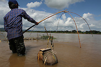Fishing along the Mekong river, Chiang Khong, Thailande-2010