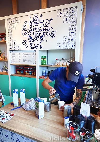 Nederland Zaandam 18 april 2018.  Koffiezaak Zuivere Koffie bij het station in Zaandam. Stichting Zuivere Koffie biedt gemotiveerde ex-gedetineerden kansen door het leren van een echt ambacht en relevante werkervaring. De werknemers krijgen een eerlijke kans op een succesvolle terugkeer in de samenleving. Zuivere Koffie wordt zowel binnen als buiten de gevangenis gebrand en verpakt. De koffie is biologisch en voorzien van het fairtrade keurmerk.  Foto mag niet in negatieve context gepubliceerd worden.  Foto Berlinda van Dam / Hollandse Hoogte