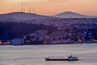 Europe/Turquie/Istanbul : Navigation fluviale sur le Bosphore à l'aube et rive orientale