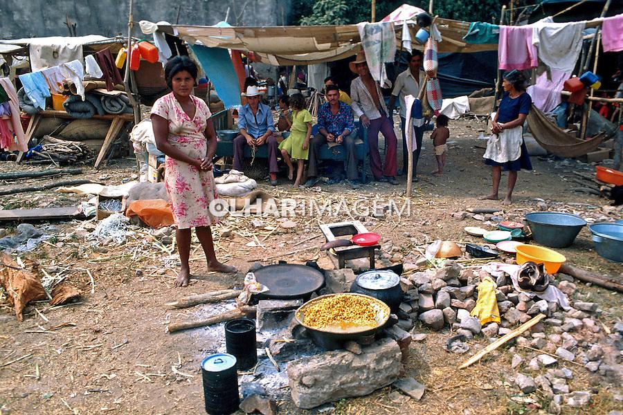 Acampamento de refugiados da guerra civil. El Salvador. 1981. Foto de Juca Martins.