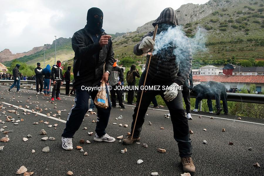 10 JUNIO 2012 Los mineros del carbón continuan con sus protestas instalan barricadas para cortar la carretera y las vias  del tren en Ciñera (Leon) .foto © JOAQUIN GOMEZ SASTRE