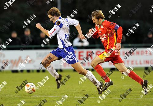 2010-12-12 / Voetbal / seizoen 2010-2011 / KSK Heist - KV Oostende / Bart Webers (Heist) probeert Wallaeys af te schudden..Foto: Mpics