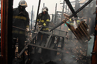 SAO PAULO, SP, 27 DE FEVEREIRO 2012 - INCENDIO EM FAVELA - Incendio atinge na manhã desta segunda feira (27), uma favela na Presidente Wilson na zona sul de São Paulo.   (FOTOS: AMAURI NEHN/BRAZIL PHOTO PRESS)