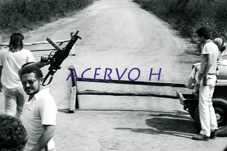 Agentes da polícia federal bloqueiam a estrada que leva a cidade de São Geraldo do Araguaia no sul do Pará, e fiscalizam e fiscaliza o veículo que transporta vários deputados federais e estaduais , entre eles o ex guerrilheiro José Genoino Neto, que volta a região  pela primeira vez  onze anos após a guerrilha do Araguaia.<br /> São Geraldo do Araguaia, Pará, Brasil<br /> Foto Paulo Santos/Interfoto<br /> 1983.
