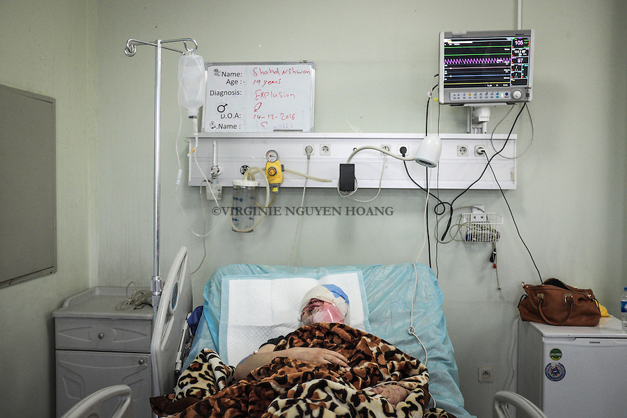 IRAK, Erbil: Shadh, 19 years old, is in  the intensive care service of the Emergency Hospital of Erbil. Shadh has been injured at her head by a suicide bombing attack of Daesh in her neighbourhood of Mosul. With her, her parents and her six brother and sisters, all injured whose one is also in intensive cares for serious injuries at the head, eyes and face... They are all alive but, beside the phsysical wounds, seriously affected on the psychological side...14th December 2016. <br /> <br /> IRAK, Erbil: Shadh, 19 ans, est dans le service de soins intensifs de l'h&ocirc;pital d'urgence d'Erbil. Shadh a &eacute;t&eacute; bless&eacute;e &agrave; la t&ecirc;te par une attaque suicide de Daesh dans son quartier de Mossoul. Avec elle, ses parents et ses six fr&egrave;res et s&oelig;urs, tous bless&eacute;sdont une &eacute;galement  en soins intensifs pour des blessures graves &agrave; la t&ecirc;te, aux yeux et au visage ... Ils sont tous vivants mais, &agrave; c&ocirc;t&eacute; des blessures physiques, s&eacute;rieusement affect&eacute;s sur le plan psychologique, le 14 d&eacute;cembre 2016
