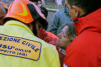 L'Aquila 6 Aprile 2009.Terremoto all'Aquila.Soccorritori estraggono una donna viva da un palazzo crollato  in via XX Settembre.Earthquake to the city of L'Aquila.Rescue workers evecuate a woman found in rubble a damaged building in  street XX Settembre.