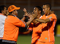 ENVIGADO -COLOMBIA-08-02-2015. Campo Elias Santacruz Hernandez (Der) de Envigado FC celebra con su técnico Juan Carlos Sanchez un gol anotado a Deportes Tolima durante partido por la fecha 2 de la Liga Águila I 2015 realizado en el Polideportivo Sur de la ciudad de Envigado./ Campo Elias Santacruz Hernandez (R) player of Envigado FC celebrates with his coach Juan Carlos Sanchez a goal scored to Deportes Tolima during match for the second date of the Aguila League I 2015 at Polideportivo Sur in Envigado city.  Photo: VizzorImage/León Monsalve/STR