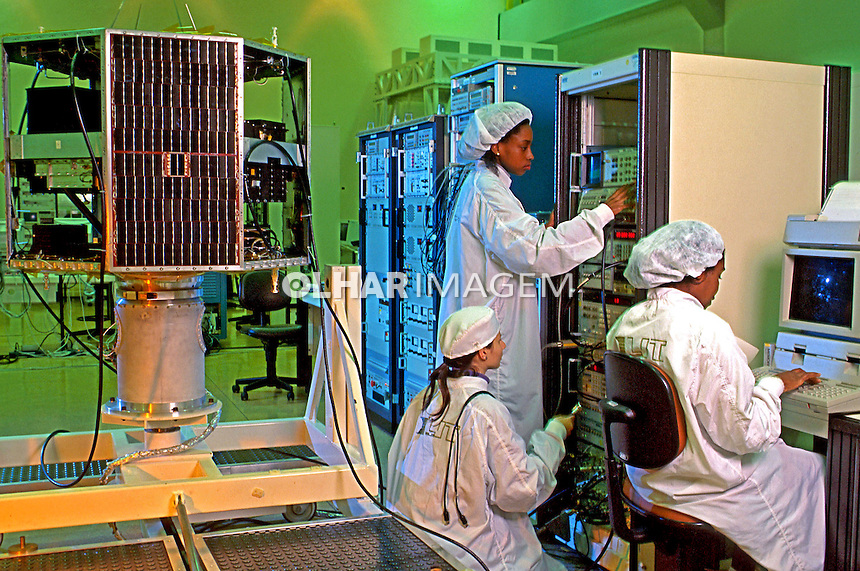 Centro de controle de dados de satélite do Inpe. São Paulo. 1995. Foto de Ricardo Azoury.