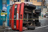 SÃO PAULO,SP,21 JUNHO 2013 - ACIDENTE CAMINHÃO - Um caminhão carregado com carrinhos de supermercado capotou na Rua Baia Grande na Vila Alpina zona leste. O motorista e o ajudante ficaram feridos e forma socoridos a hospitais da região.FOTO ALE VIANNA - BRAZIL PHOTO PRESS.