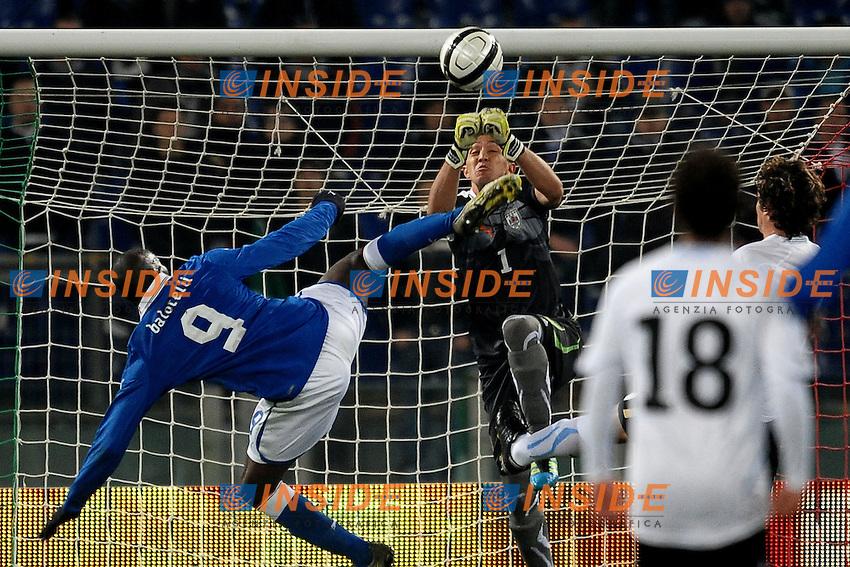 Mario BALOTELLI colpisce involontariamente Fernando MUSLERA in faccia durante un'uscita del portiere.Roma 15/11/2011 Stadio Olimpico.Football Calcio.Italia Vs Uruguay Friendly Match.Foto Insidefoto Andrea Staccioli