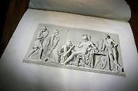 Alcuni bassorilievi di Albert Thorwaldsen. Some of Albert Thorwaldsen bas-reliefs..La biblioteca dell' accademia di Danimarca..The library of the Academy of Denmark.