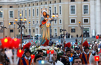 La statua della Madonna viene portata in processione in occasione della recita del Santo Rosario presenziata dal Papa per la conclusione del Mese Mariano, in Piazza San Pietro, Citta' del Vaticano, 31 maggio 2013.<br /> The statue of St. Mary is carried in procession in occasion of the recitation of the Holy Rosary attended by the Pope for the conclusion of the month of Mary, in St. Peter's square at the Vatican, 31 May 2013.<br /> UPDATE IMAGES PRESS/Riccardo De Luca<br /> <br /> STRICTLY ONLY FOR EDITORIAL USE