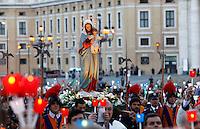 La statua della Madonna viene portata in processione in occasione della recita del Santo Rosario presenziata dal Papa per la conclusione del Mese Mariano, in Piazza San Pietro, Citta' del Vaticano, 31 maggio 2013.<br /> The statue of St. Mary is carried in procession in occasion of the recitation of the Holy Rosary attended by the Pope for the conclusion of the month of Mary, in St. Peter's square at the Vatican, 31 May 2013.<br /> UPDATE IMAGES PRESS/Riccardo De Luca<br /> <br /> STRICTLY ONLY FOR EDITORIAL USE
