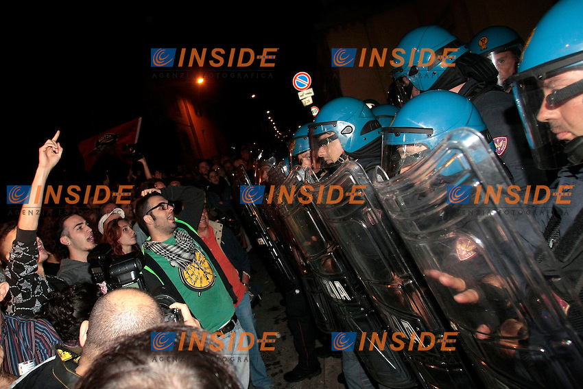 Polizia e manifestanti<br /> Roma 15-10-2013 Manifestazione ad Albano, di fronte al cancello della Confraternita dei Lefebvriani di San Pio X ad Albano Laziale, l'unica che ha accettato di celebrare il rito funebre per il gerarca nazista Erich Priebke.<br /> Many people gathered in front of the only place that accepted to celebrate Erich Priebke funeral. This place is the confraternity of Lefebvrians of Saint Pio X. <br /> Photo Samantha Zucchi Insidefoto