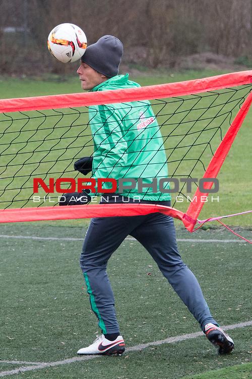 25.03.2016, Trainingsgelaende, Bremen, GER, 1.FBL, Training Werder Bremen<br /> <br /> im Bild<br /> Clemens Fritz (Bremen #8) mit Kopfball, <br /> <br /> Foto &copy; nordphoto / Ewert