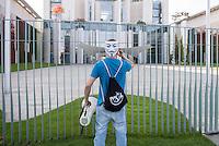 Ca. 300-350 Menschen nahmen am 3. Oktober 2014 vor dem Kanzleramt in Berlin an einer Mahnwache fuer den Frieden der sog. Montagsdemo teil.<br /> An der Manhwache nahmen Vertreter der sog. Querfront-Iedologie und Verschwoerungstheoretiker teil<br /> Zu den Kundgebungsteilnehmern sprach neben bekennenden Rechten auch der deutsche Pop- und Schlagersaenger Xavier Naidoo.<br /> Im Bild: Ein Kundgebungsteilnhemer mit Anonymus-Maske vor dem Kanzleramt.<br /> 3.10.2014, Berlin<br /> Copyright: Christian-Ditsch.de<br /> [Inhaltsveraendernde Manipulation des Fotos nur nach ausdruecklicher Genehmigung des Fotografen. Vereinbarungen ueber Abtretung von Persoenlichkeitsrechten/Model Release der abgebildeten Person/Personen liegen nicht vor. NO MODEL RELEASE! Don't publish without copyright Christian-Ditsch.de, Veroeffentlichung nur mit Fotografennennung, sowie gegen Honorar, MwSt. und Beleg. Konto: I N G - D i B a, IBAN DE58500105175400192269, BIC INGDDEFFXXX, Kontakt: post@christian-ditsch.de<br /> Urhebervermerk wird gemaess Paragraph 13 UHG verlangt.]