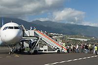 ESP, Spanien, Kanarische Inseln, La Palma, Aeroporto de La Palma, Condor Airbus A320, Fluggaeste beim Einsteigen, boarding | ESP, Spain, Canary Islands, La Palma, airport of La Palma, Condor Airbus A320, passengers boarding