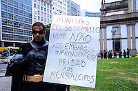 RIO DE JANEIRO, RJ, 17.09.2013 - ATO CONTRA MENSALÃO/VOTO CELSO DE MELLO - Manifestantes pedem ao ministro Celso de Mello para votar contra novo julgamento do mensalão, na Candelária, no centro do Rio de Janeiro. (Foto: Marcelo Fonseca / Brazil Photo Press).