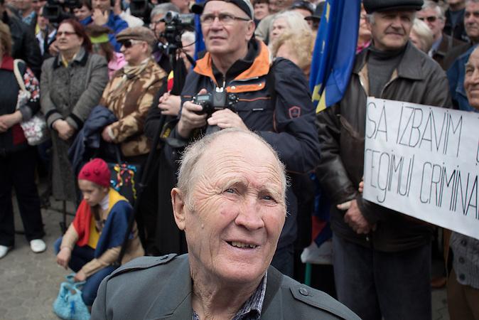 In der Republik Moldau wurde eine Milliarde Euro gestohlen – Bankkredite, die Ende letzten Jahres spurlos verschwanden. Nun droht eine ernsthafte Destabilisierung des Bankensektors im Land. Gegen den Milliardenklau gingen am Sonntag zehntausende Menschen auf die Straße, die Regierung fürchtet soziale Unruhen.
