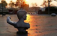 Nederland Zaltbommel  2016.  Waterstandbeeld aan de Waalkade geeft aan tot hoe hoog het water kwam tijdens een grote overstroming. Foto Berlinda van Dam / Hollandse Hoogte