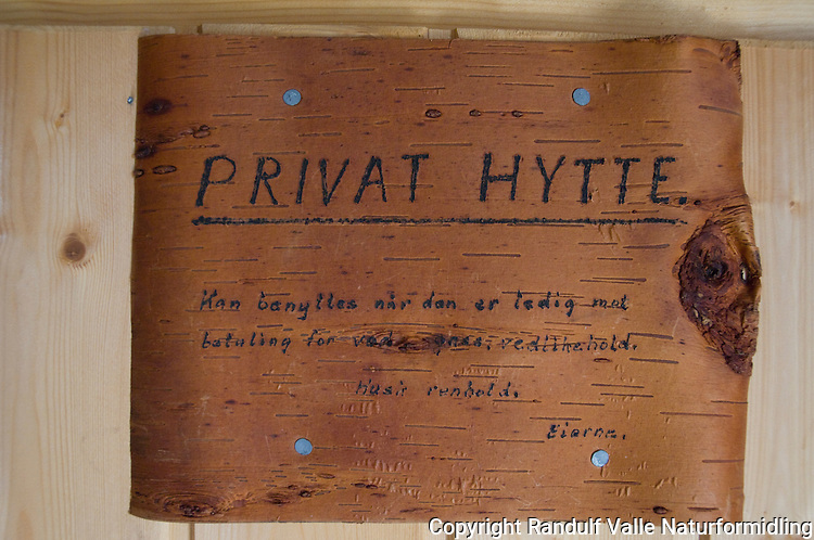 Skilt av bjørkenever på privat hytte i Forollhogna ---- Sing saying hut is private, but may be used