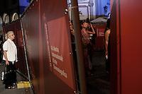 Venezia: una signora sbircia attraverso le transenne del red carpet, durante la sessantottesima edizione della mostra del cinema di Venezia
