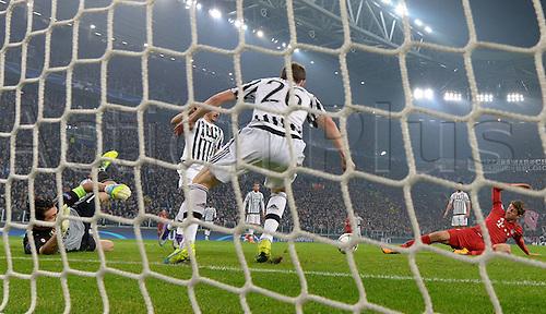 23.02.2016. Turin, Italy. UEFA Champions League football. Juventus versus Bayern Munich.  Gianluigi Buffon (Juventus Turin), Stephan Lichtsteiner (Juventus Turin), Thomas Mueller (FC Bayern Munich)