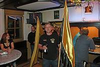 Kerweborsch vom Schützenhof haben die Kerb ausgegraben und feiern den Auftakt zur Biddelberner Kerb