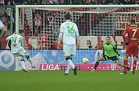 FUSSBALL   1. BUNDESLIGA  SAISON 2012/2013   17. Spieltag FC Bayern Muenchen - Borussia Moenchengladbach    14.12.2012 ELFMETER TOR ZUM 0:1 DURCH Thorben Marx (li, Borussia Moenchengladbach) GEGEN Torwart Manuel Neuer (FC Bayern Muenchen)