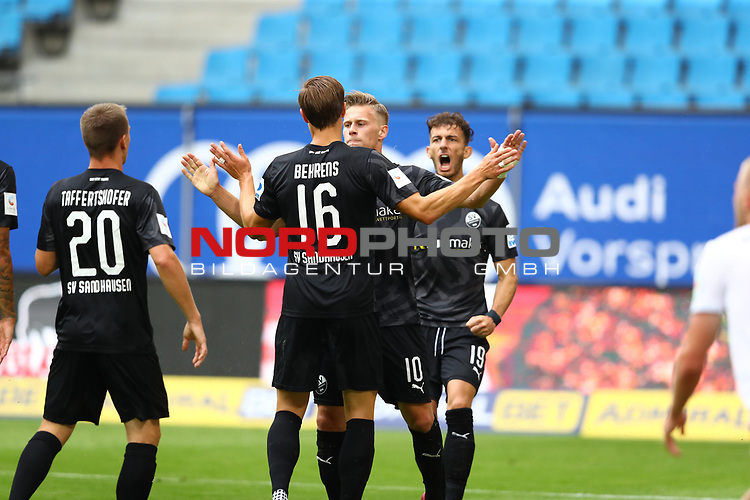 Sandhausens Kevin Behrens jubelt nach seinem 0:1 Treffer mit Sandhausens Julius Biada und Sandhausens Leart Paqarada und Sandhausens Emanuel Taffertshofer beim Spiel Hamburger SV gegen den  SV Sandhausen in Hamburg / 280620<br />