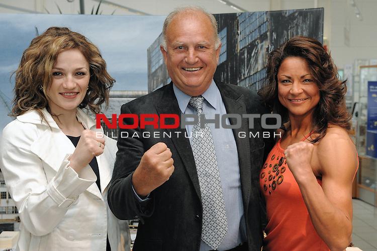 Universum Champions Night - Pressekonferenz / Press Conference  AUTOHAUS BRANDT - Bremen 27.04.2009<br /> <br /> WIBF- und WBC-Federgewichts-Weltmeisterin Ina Menzer GER )  gegen Franchesca &bdquo;The chosen one&ldquo; Alcanter ( USA )<br /> <br /> Ina MENZER ( WIBF- und WBC-Federgewichts-Weltmeisterin - GER )  J&uuml;rgen L. Born ( EX - Vorsitzender der Gesch&auml;ftsf&uuml;hrung und Gesch&auml;ftsf&uuml;hrer Finanzen und &Ouml;ffentlichkeitsarbeit - Werder Bremen ) Franchesca  Alcanter ( USA ) <br /> <br /> Foto &copy; nph (  nordphoto  )