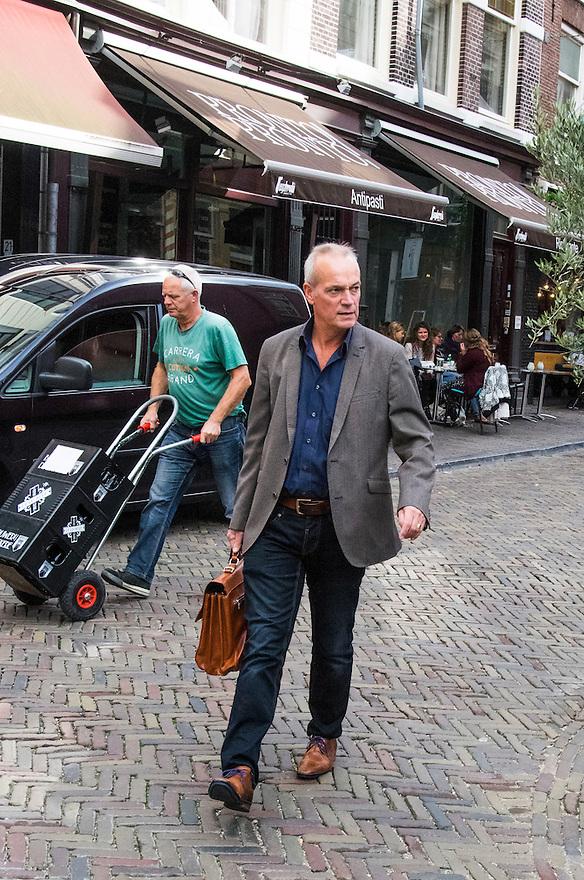 Nederland, Utrecht, 10 okt 2014<br /> Mensen op straat. Man  met aktentas loopt richting het station. Komt waarschijnlijk van zijn werk. <br /> Foto: (c) Michiel Wijnbergh