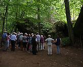 Touristen schauen sich einen Teil eines Bunkers an. / Tourists in front of the bunker. / Wolfsschanze, Wolf's Lair