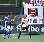 AMSTELVEEN - Boris Burkhardt (A'dam)  met Robbert Kemperman (Kampong)   tijdens  de  eerste finalewedstrijd van de play-offs om de landtitel in het Wagener Stadion, tussen Amsterdam en Kampong (1-1). Kampong wint de shoot outs.  . COPYRIGHT KOEN SUYK
