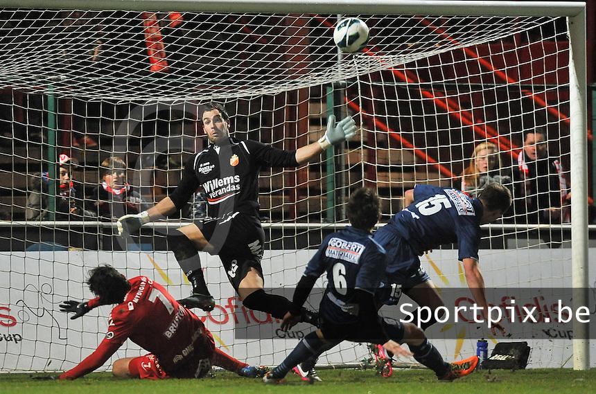 KV Kortrijk - RAEC Mons Bergen : Pablo Chavarria scoort de 1-0 voor kortrijk voorbij doelman Olivier Werner.foto VDB / BART VANDENBROUCKE