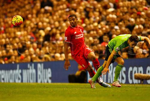 25.10.2015. Anfield, Liverpool, England. Barclays Premier League. Liverpool versus Southampton. Liverpool midfielder Joe Allen goes past Southampton's Cédric Soares.