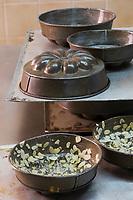 Europe/France/73/Savoie/Val d'Isère:  Patrick Chevallot, MOF pâtissier prépare son Biscuit  de Savoie - préparation des moules