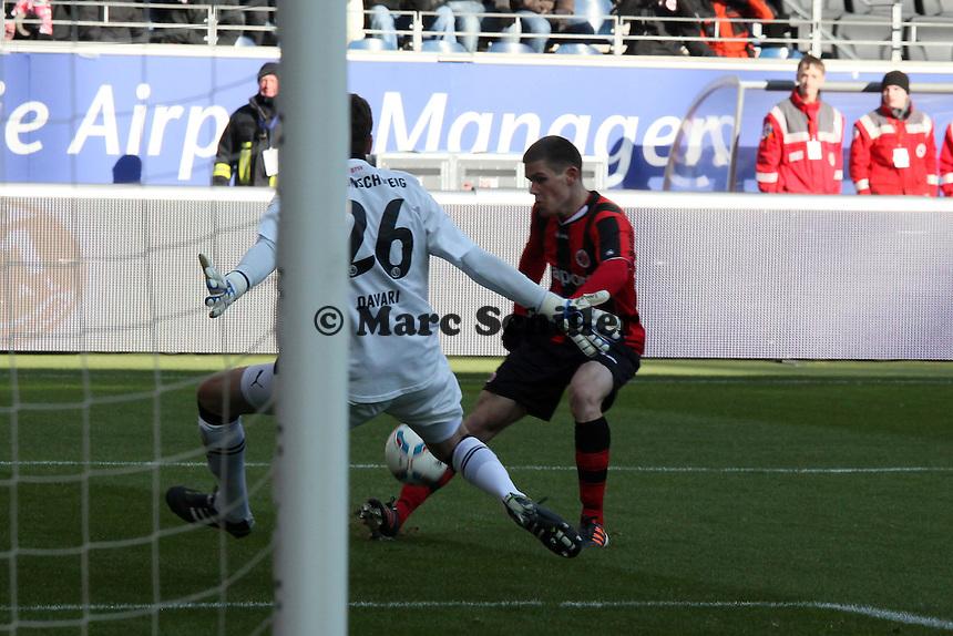 Sebastian Jung (Eintracht) gegen Torwart Daniel Davari (Braunschweig)